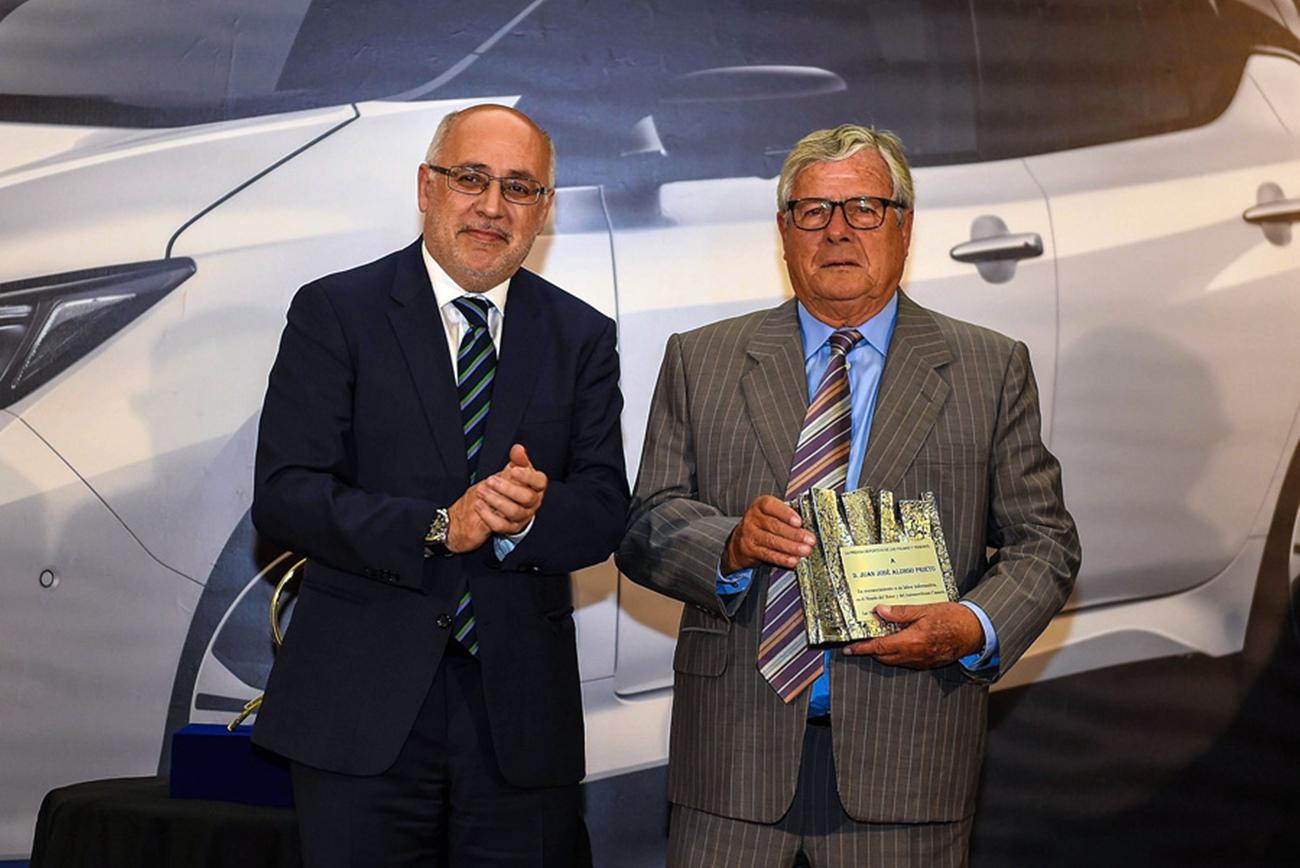 Juan José Alonso recibió una placa por su trayectoria de manos de Antonio Morales. | DA