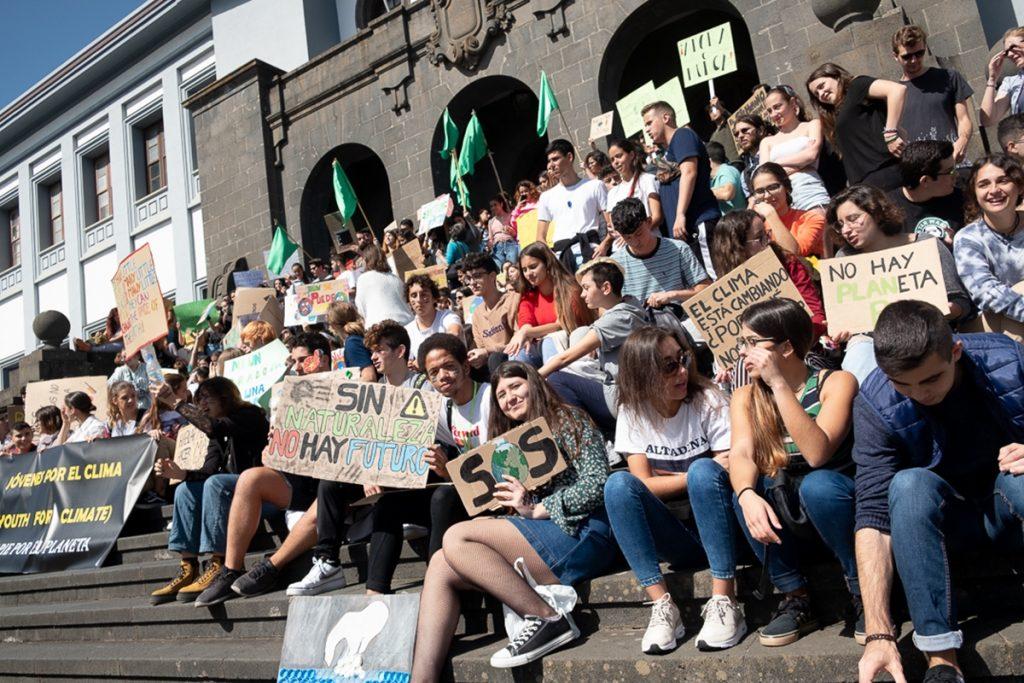 Los jóvenes se han concentrado para exigir un mejor trato al medio ambiente  FRAN PALLERO