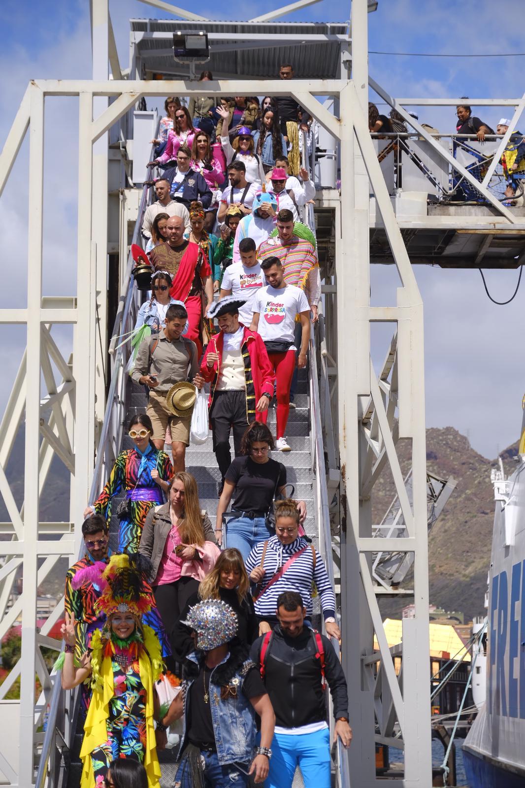 Llegada de carnavaleros a Tenerife