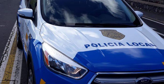 Grita, golpea a un coche y agrede a una mujer en Lanzarote