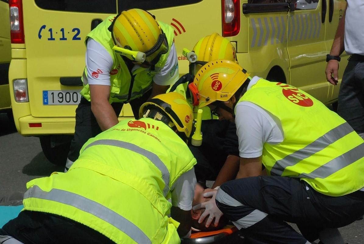 El personal sanitario del Servicio de Urgencias Canario (SUC) valoró y asistió al afectado. / EP
