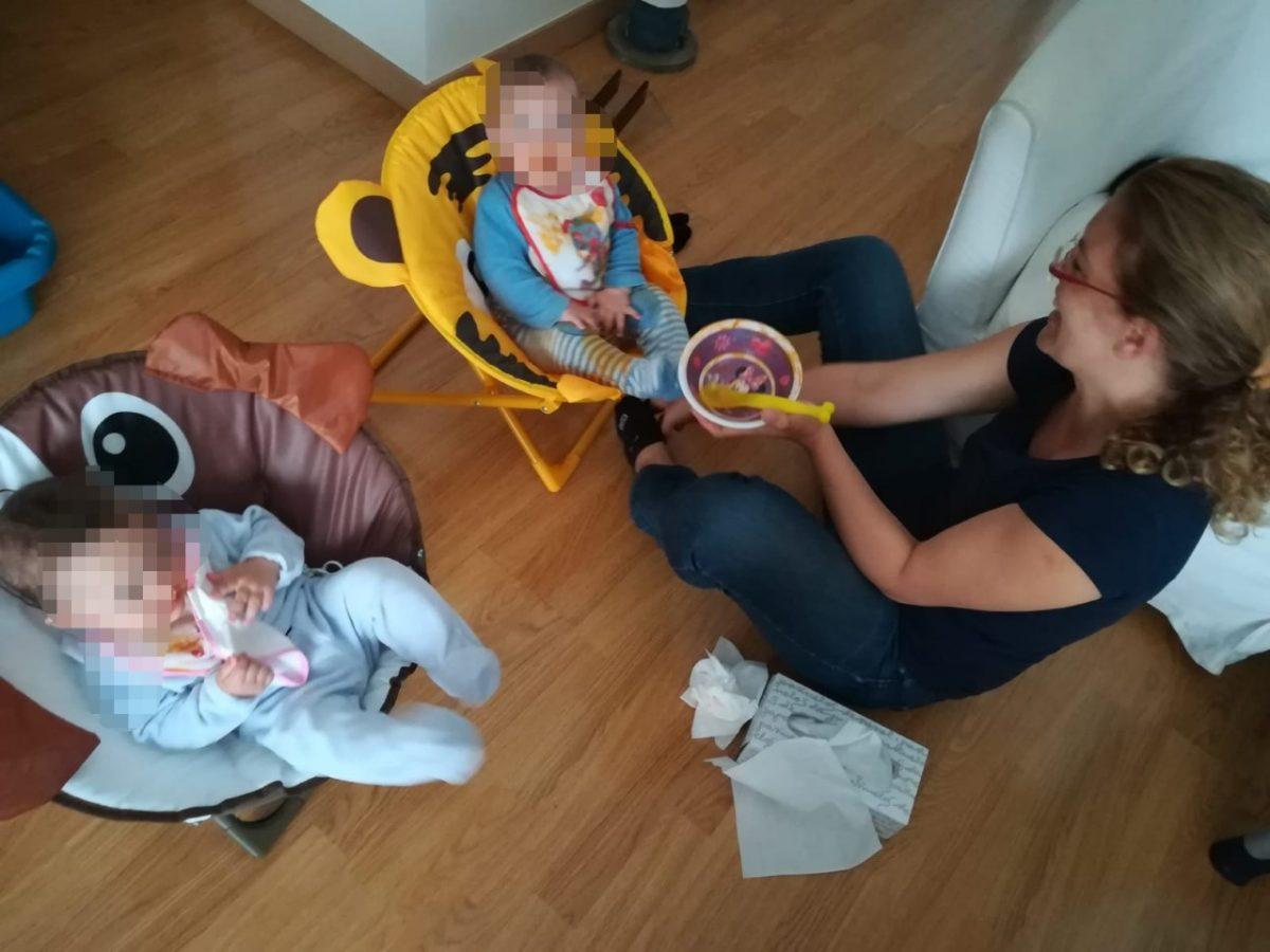 La profesora interina, Iballa Álamo Sosa, cuida a sus dos mellizos en su residencia de Tegueste. / DA