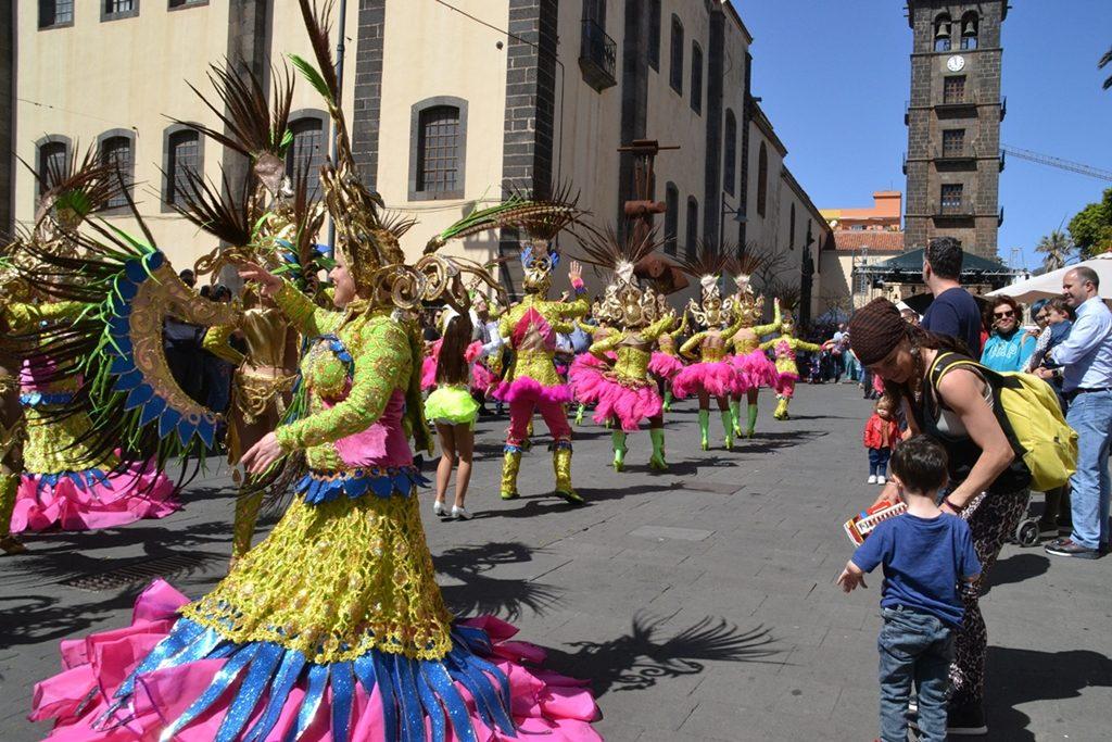 La comparsa lagunera de Los Joroperos vistió de ritmo y color las calles de La Laguna. DA