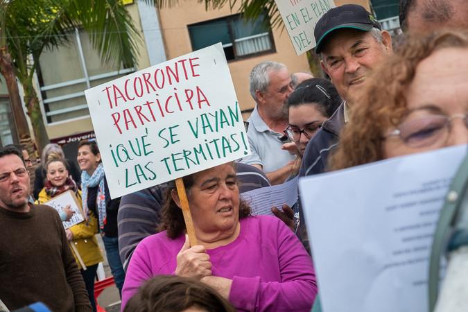 Una mujer que asistió a la concentración sostiene una pancarta mediante la cual solicita que se ponga fin a la plaga de termitas subterráneas. Fran Pallero