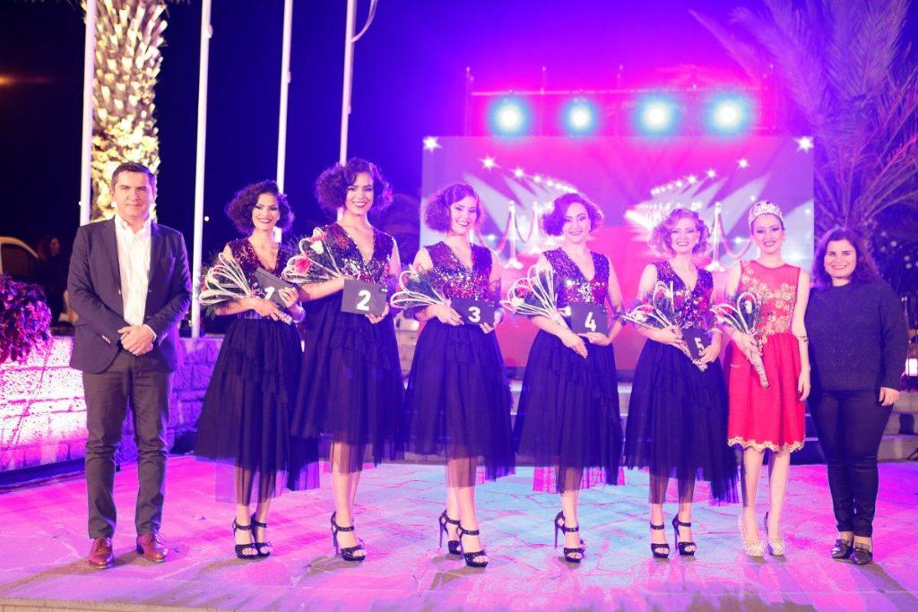 Las cinco candidatas junto a la anterior reina, la alcaldesa y el concejal de Fiestas / DA