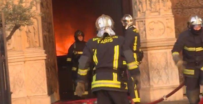Los bomberos parisinos difunden las imágenes de su lucha contra el fuego en Notre Dame