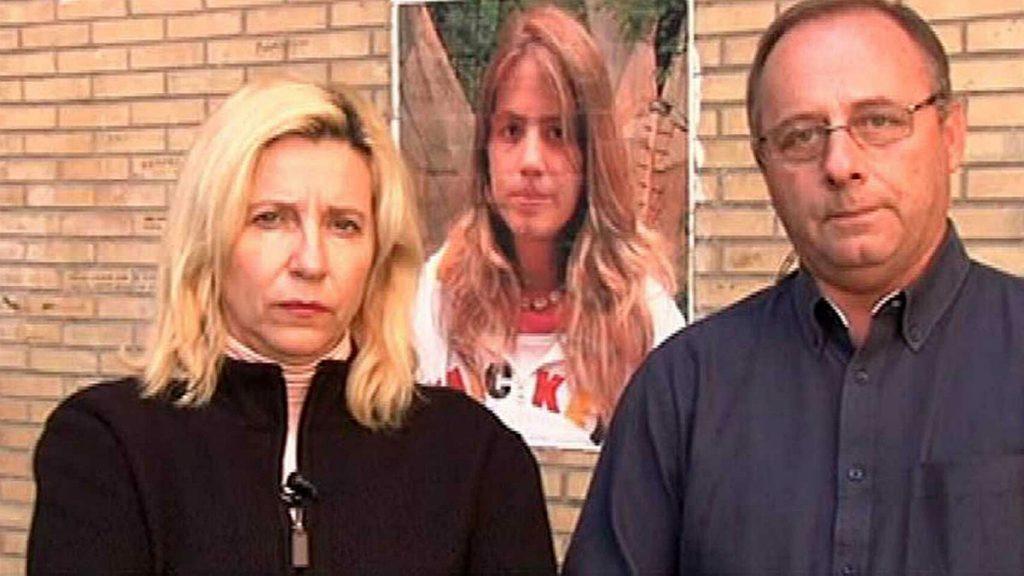 Los padres de Marta del Castillo, ante un retrato de su hija desaparecida. E.E.