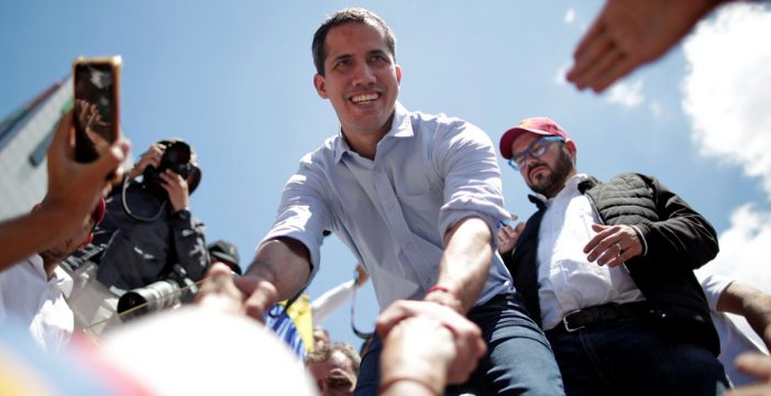 Guaidó anima a trabajadores públicos de Venezuela a rebelarse contra Maduro