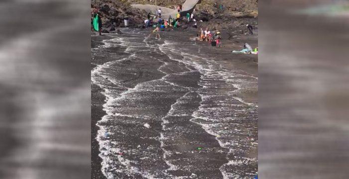 La prensa italiana se hace eco de los vertidos plásticos de la playa del Porís