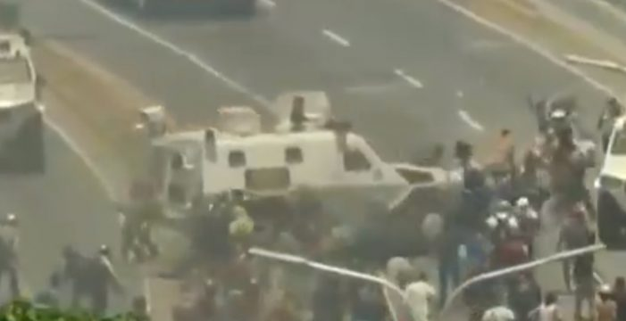 Una tanqueta arrolla a manifestantes en plena calle de Caracas