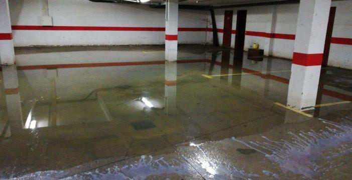 Vecinos de Parque La Reina denuncian un vertido de aguas fecales en sus garajes