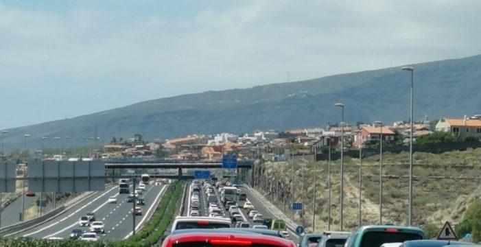 Colas kilométricas en la TF-1, sentido sur, por un accidente de tráfico
