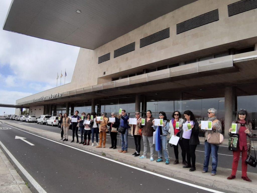 Mujeres manifestándose por fuera de Los Rodeos|DA