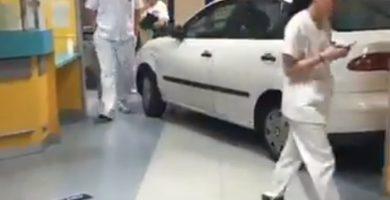Un hombre estrella su coche en la entrada del hospital por hacerle esperar para ser atendido