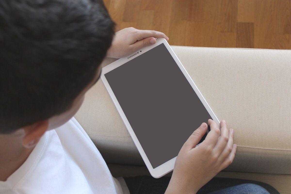 Niño con una tablet. Pixabay