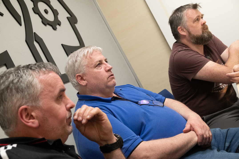Gary, Noel y Paddy, compañeros de trabajo y primo del ausente, se encuentran en Tenerife para buscarlo. Fran Pallero