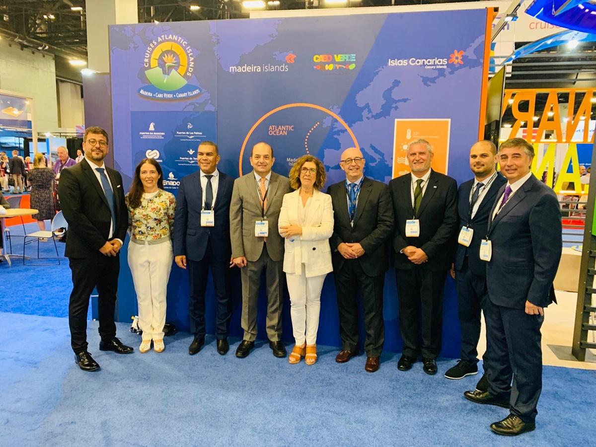 Los representantes de Puertos en el estand de las Islas en Miami. DA
