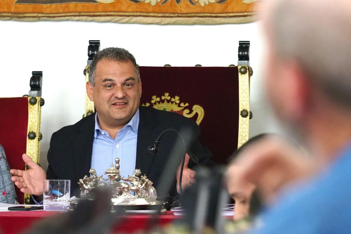 Imagen del último pleno del Ayuntamiento de La Laguna, en la que el alcalde, José Alberto Díaz (CC), hace un gesto ante la atenta mirada del portavoz de XTF-NC, Santiago Pérez. Sergio Méndez