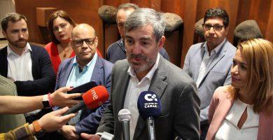Fernando Clavijo atiende a los medios de comunicación en la entrada del Parlamento de Canarias. DA