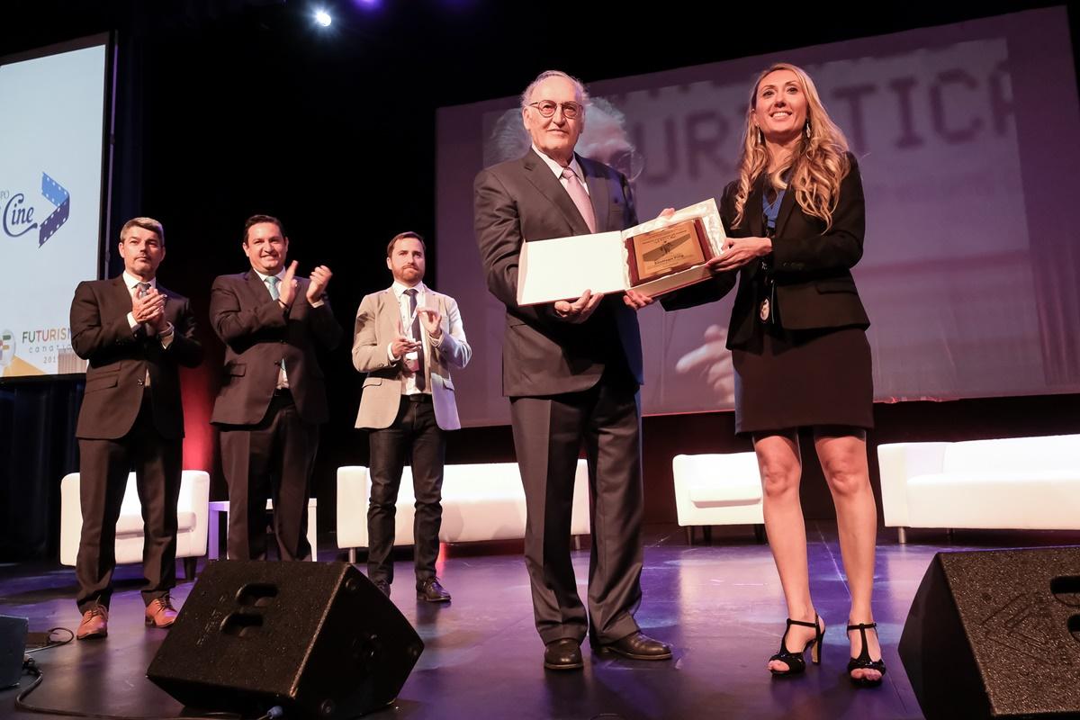 Santiago Puig recibe el premio en presencia del alcalde de Arona, José Julián Mena, y los consejeros regional e insular de Turismo, Isaac Castellano y Alberto Bernabé. Luz Sosa