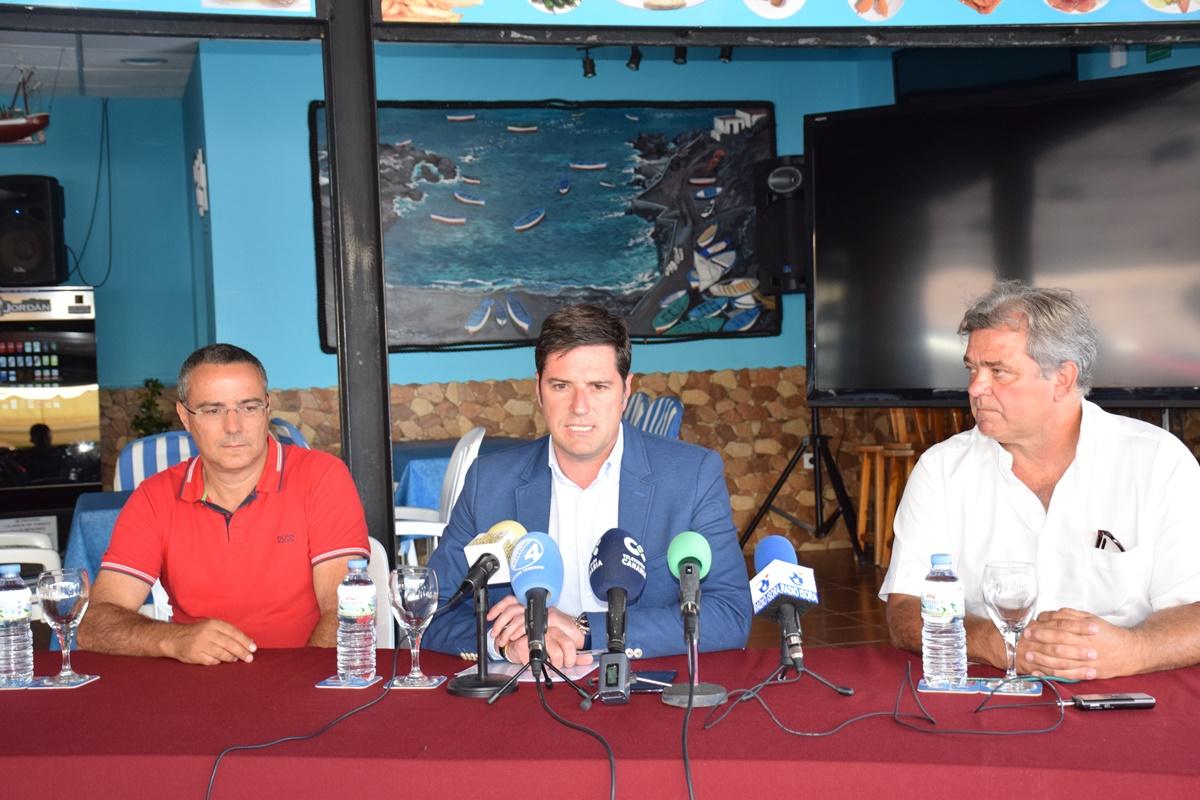 El alcalde, Emilio Navarro, junto al ingeniero de la obra y el gerente de la empresa Prosub. DA