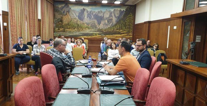 """Comerciantes y vecinos """"desesperan"""" en la reunión con el Cabildo y Dragados y exigen accesibilidad en La Alameda"""