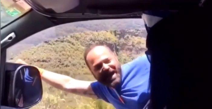 Un candidato de Ciudadanos en Canarias saca medio cuerpo de un coche en marcha para pedir el voto