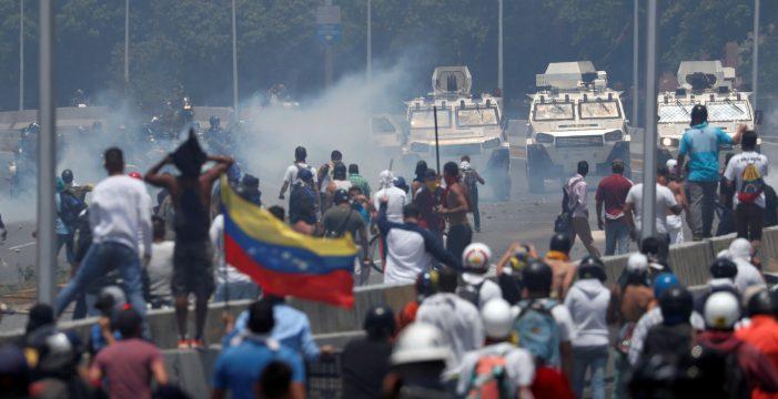 Un muerto, más de cien heridos y decenas de detenidos tras el arranque de la 'Operación Libertad'