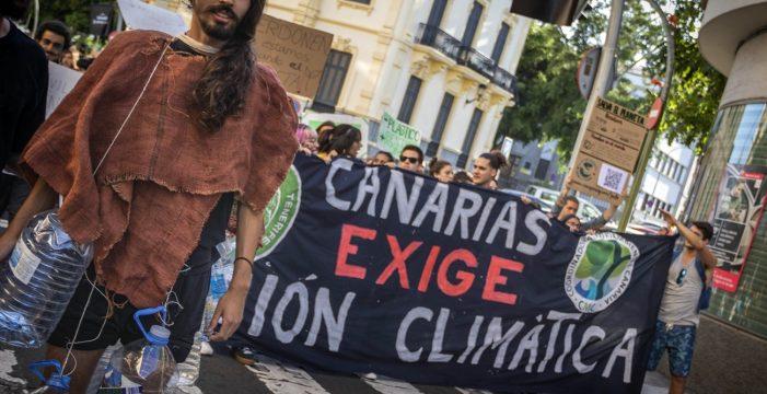 Cientos de personas salen a la calle en Tenerife para exigir que se detenga el cambio climático