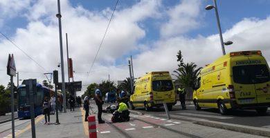 El grave accidente de un motorista interrumpe la circulación del tranvía