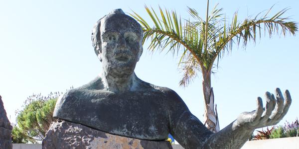Esta escultura en la plaza del Ayuntamiento de la villa norteña de Garafía, deteriorada por el paso del tiempo, recuerda al precursor de la democracia palmera.   RAFAEL LORENZO