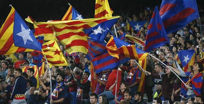 La afición del Barça pita y la del Valencia aplaude durante un himno de 50 segundos