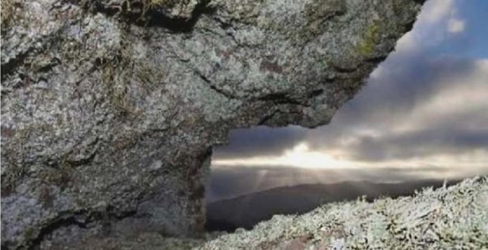 Descubren una cruz cristiana en un yacimiento guanche