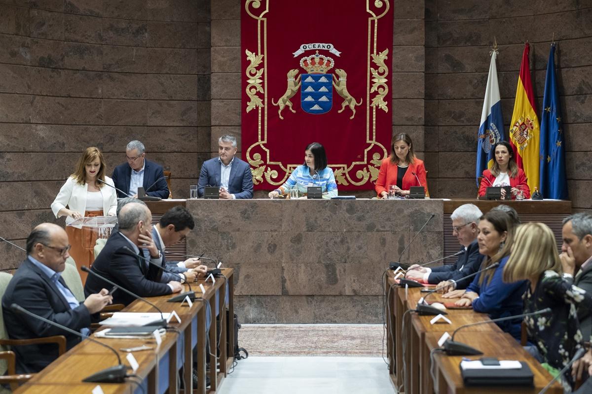 La sesión de ayer del Parlamento de Canarias se desarrolló en la Sala Europa debido a que el hemiciclo se encuentra en obras de ampliación, dado que los escaños en la próxima legislatura pasarán de 60 a 70. Parcan