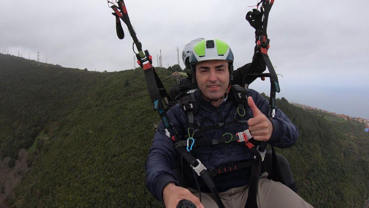 Manuel Domínguez, en parapente para denunciar el drama de los atascos diarios en la TF-5. DA