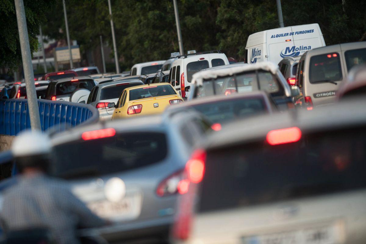 Los atascos es uno de los motivos por los que el Ayuntamiento puede decidir restringir el acceso de vehículos a determinadas zonas de la capital. Fran Pallero