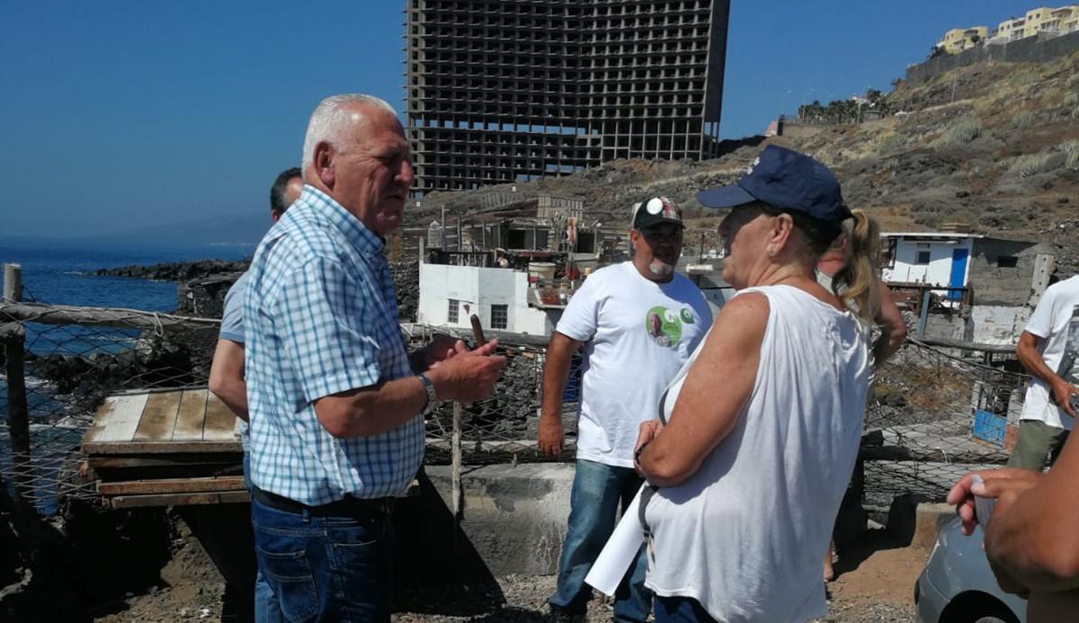 Hilario Rodríguez, ayer, junto a los vecinos de Los Pocitos, en Añaza. DA