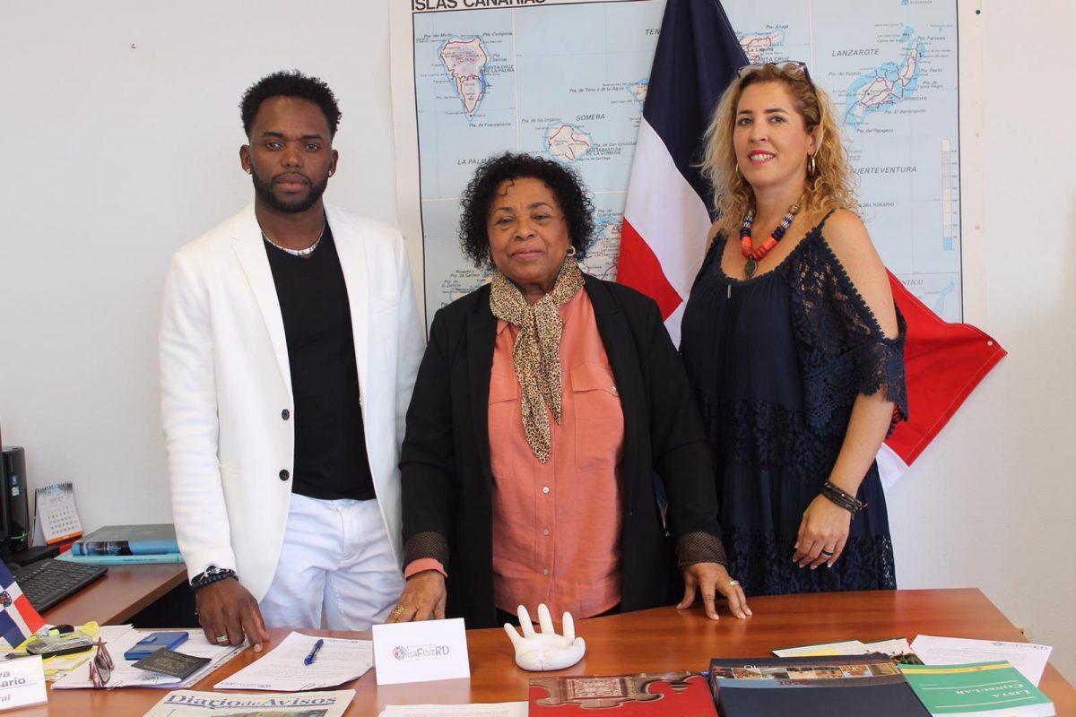 Irma Bautista Rosario (centro), junto a Juan Pablo Carlos Barett y María de los Ángeles Lorenzo Cáceres, de la asociación Villa Feliz. DA