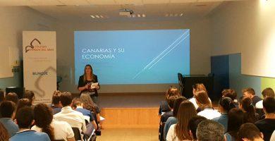 La redactora de DIARIO DE AVISOS María Fresno enseña economía en el colegio