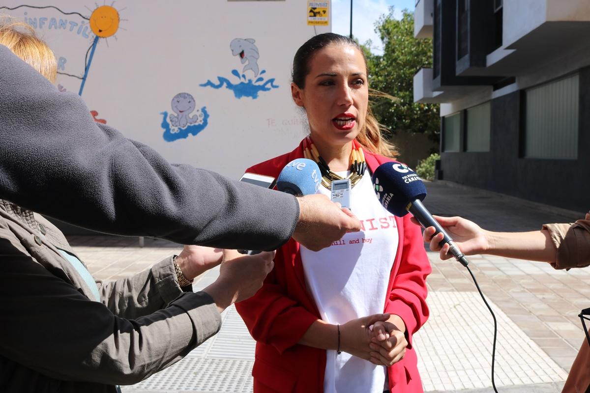 Patricia Hernández, ayer, ante la que fuera escuela infantil de Miramar. DA