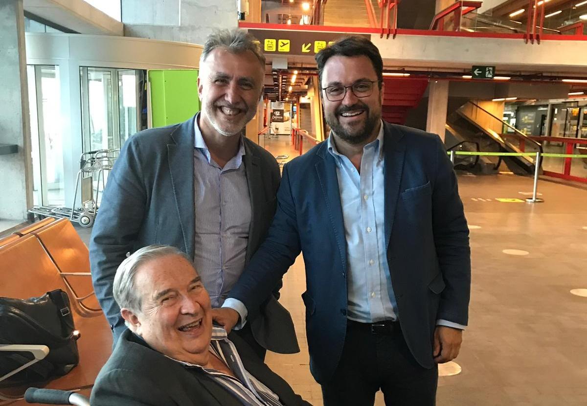 Ángel Víctor Torres y Asier Antona, junto a Jerónimo Saavedra, esta semana en el aeropuerto de Mazo. DA