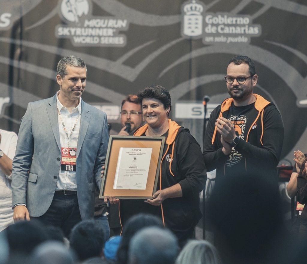 Javier Lantigua, Ascensión Rodríguez y Jordi Pérez, durante el acto de entrega de la certificación a Transvulcania. / DA