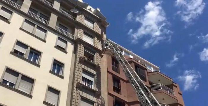 Los bomberos actúan de urgencia por una caída de cascotes en la Plaza del Príncipe