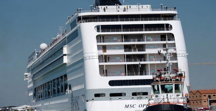 Gritos, carreras y heridos en Venecia: un crucero impacta con un muelle y un barco turístico