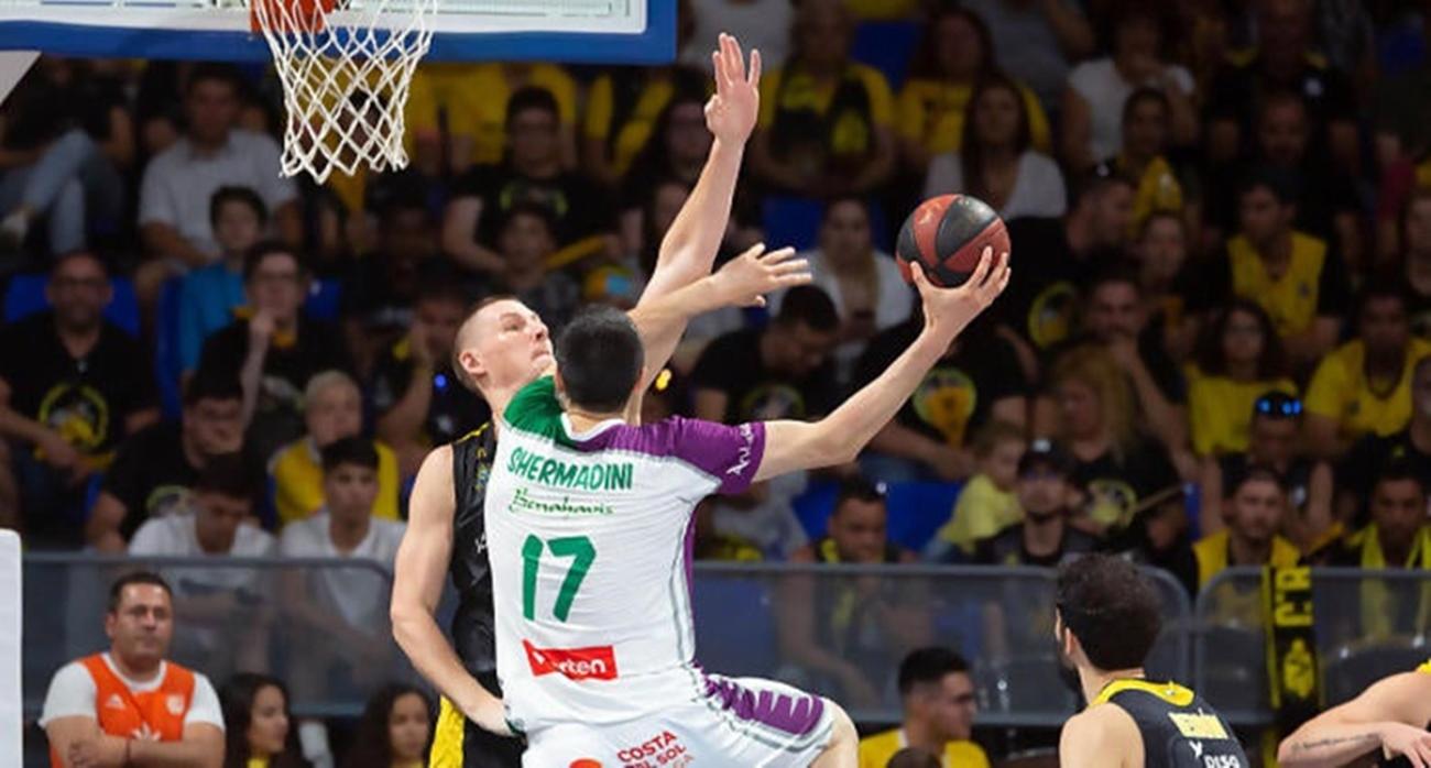 Giorgi Shermadini intenta anotar ante la defensa de Colton Iverson. | ACB Photo