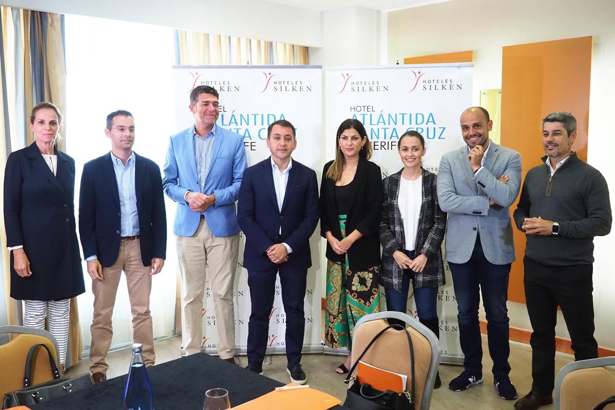 Los comités negociadores del Partido Popular, Ciudadanos y Coalición Canaria, ayer, minutos antes del comienzo de la reunión. Sergio Méndez