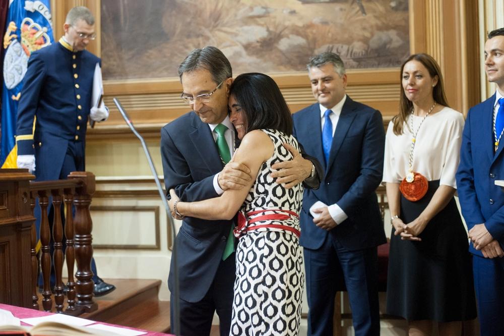 Carolina Darias es felicitada por Antonio Castro tras ser elegida presidenta del Parlamento de Canarias, el 23 de junio de 2015. / FRAN PALLERO