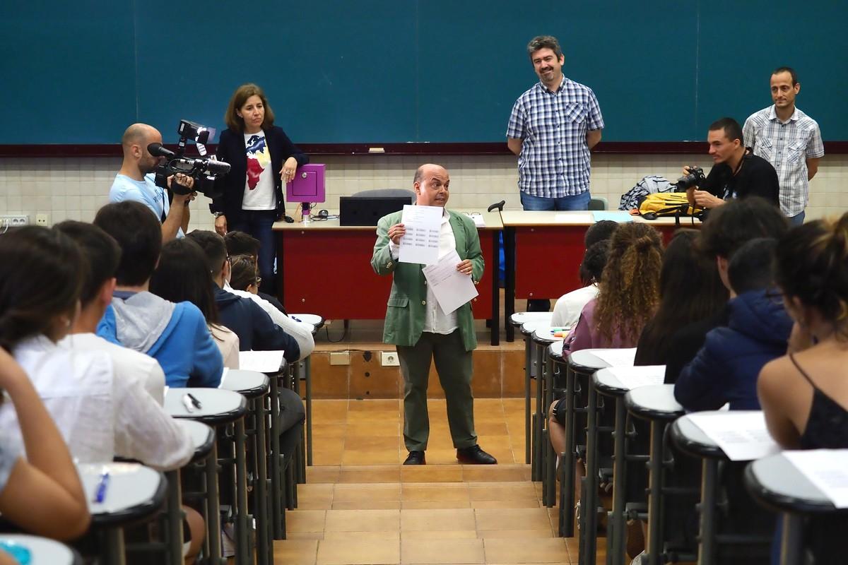 Varias imágenes de la primera jornada de exámenes de la Evaluación de Bachillerato de Acceso a la Universidad (EBAU) en el Aulario del Campus de Guajara de la Universidad de La Laguna, que reunió a 4.300 alumnos. Sergio Méndez