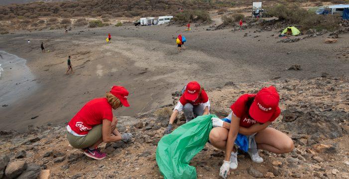 Más de 100 voluntarios participan en la limpieza de la Playa de Abades