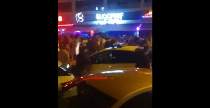Batalla campal en Las Verónicas: huye rompiendo la ventanilla de un coche policial tras una multitudinaria pelea